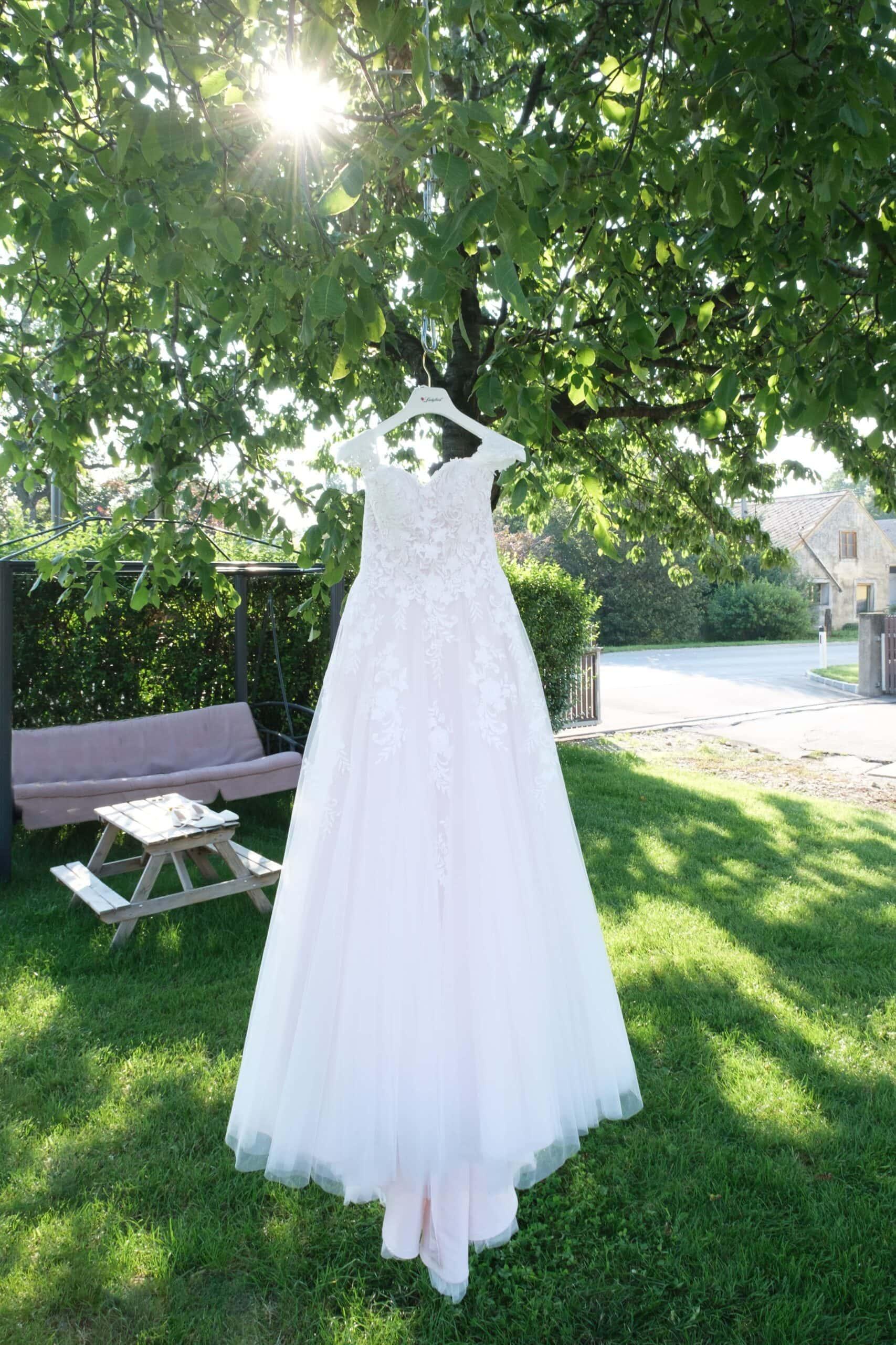 Hochzeitskleid im Freien mit Sonne