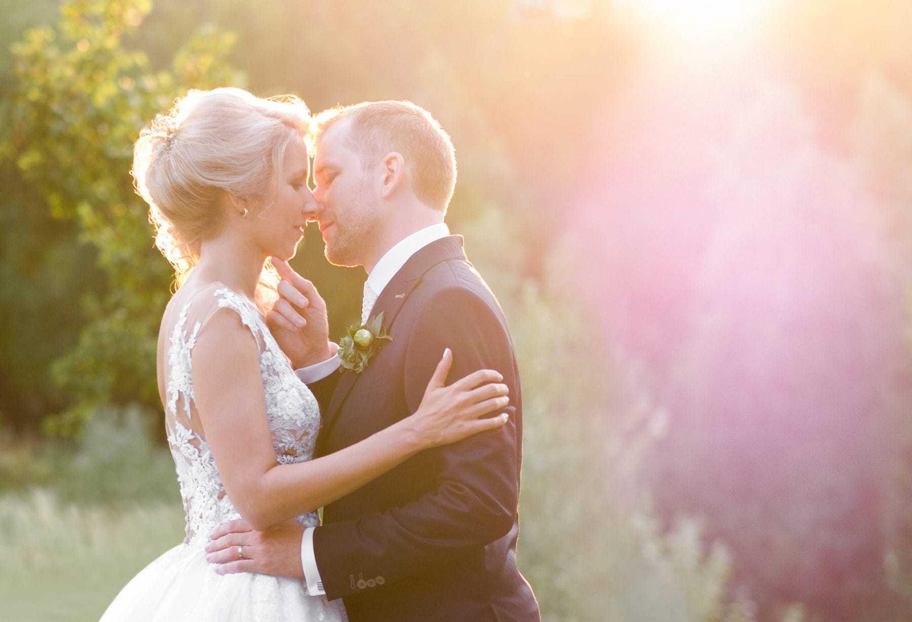 Brautpaar Fotoshooting mit Sonne und Gegenlicht romantisch