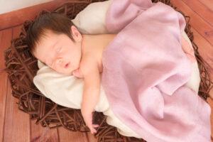 Neugeborenenshooting Herz rosa