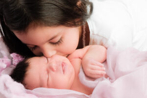Neugeborenen Fotografie Schwester Kuss