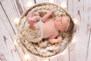 Neugeborenenshooting Korb Lichter