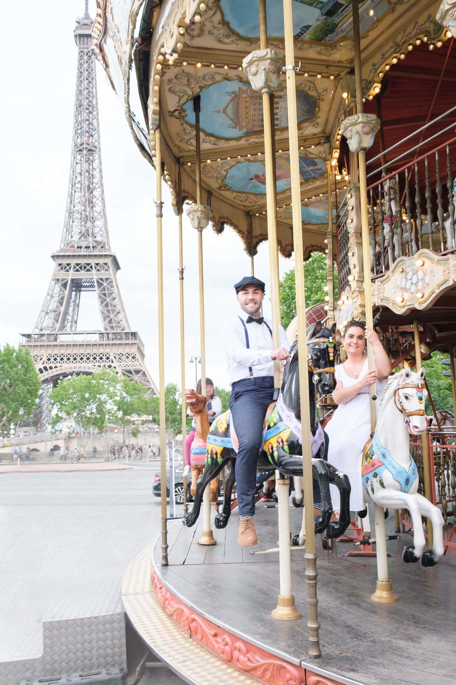 Brautpaar Fotoshooting Paris mit Eifelturm und Karussell