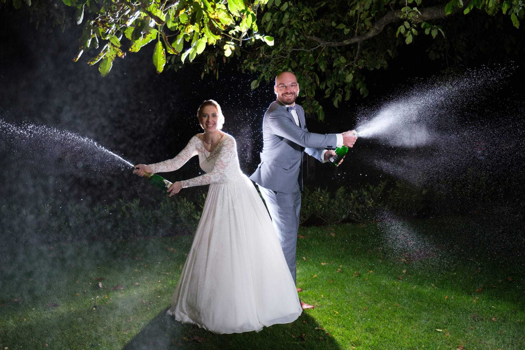 Brautpaar mit Sekt - Fine Art