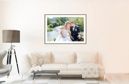 Bild von der Hochzeit des Brautpaars im Wohnzimmer