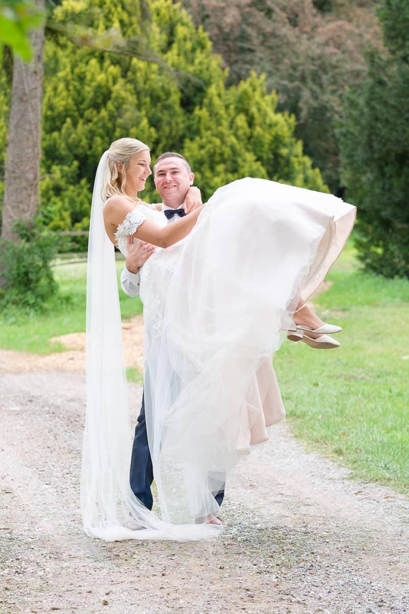 Brautpaar Fotoshooting Hochzeit tragen
